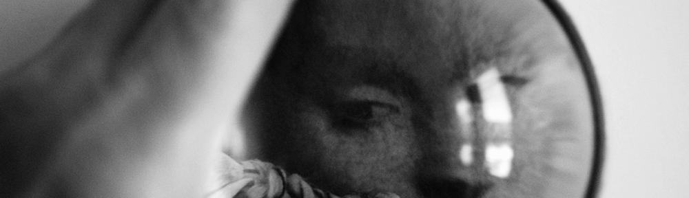 Photographie numérique - Personnage vue d'une loupe - Ma main