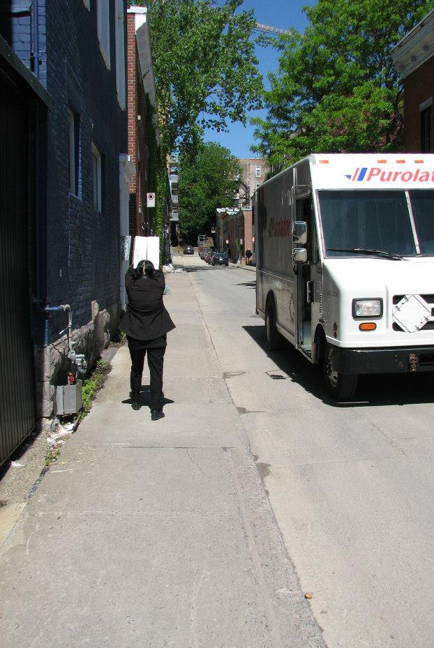 Nicole Panneton - Les boîtes - Action performative - Projet Contenant furtif - Montréal - Crédit photographique Evelyne Bouchard - 29 mai 2014