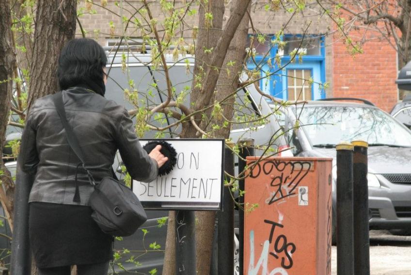 Nicole Panneton - Moment de propreté - Action performative - Projet Contenant furtif - Montréal - Crédit photographique Evelyne Bouchard - 30 avril 2013