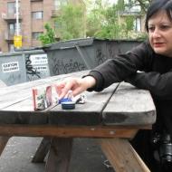 Nicole Panneton - Jouer - Action performative - Projet Contenant furtif - Montréal - Crédit photographique Evelyne Bouchard - 21 avril 2013