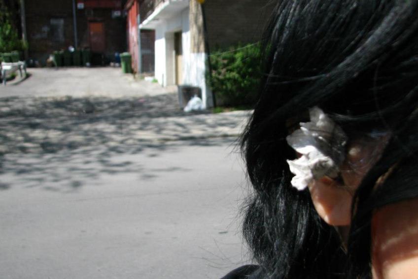 Nicole Panneton - Fleur de papier - Action performative - Projet Contenant furtif - Montréal - Crédit photographique Evelyne Bouchard - 14 mai 2013
