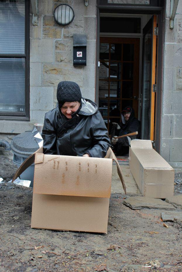 Nicole Panneton - La mise en boîte - Action performative - Projet Contenant furtif - Montréal - Crédit photographique José Dupuis - 16 avril 2013