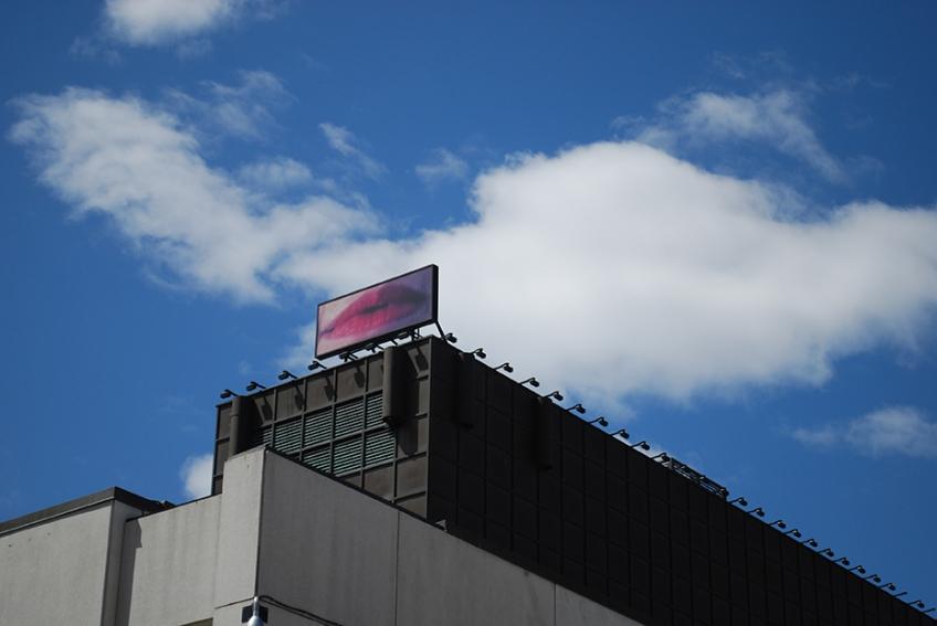Nicole Panneton - Lèvres sur fond nuageux - Projet Contenant furtif - Devant le Musée d'art contemporain - Oeuvre de Geneviève Cadieux - Photographie numérique - 2014