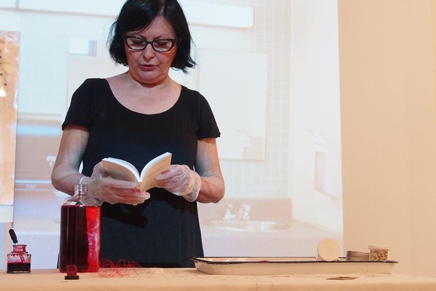 Nicole Panneton - L'immuabilité du rouge - Performance - Habiter l'École - Articule - 2015 - Crédit photographique Stéphanie Beaulieu