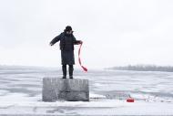 Nicole Panneton - Dérive - Film à partir de photos et vidéos - Déambulation avec tricot - Rouses Point, États-Unis - 2015 - Crédit photographique Michel Dubé