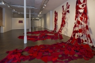 Nicole Panneton - Formes organiques hybrides - Installation faites à partir de tricots - Projet Des mailles et des mots - 2015 - Crédit photographique Michel Dubreuil