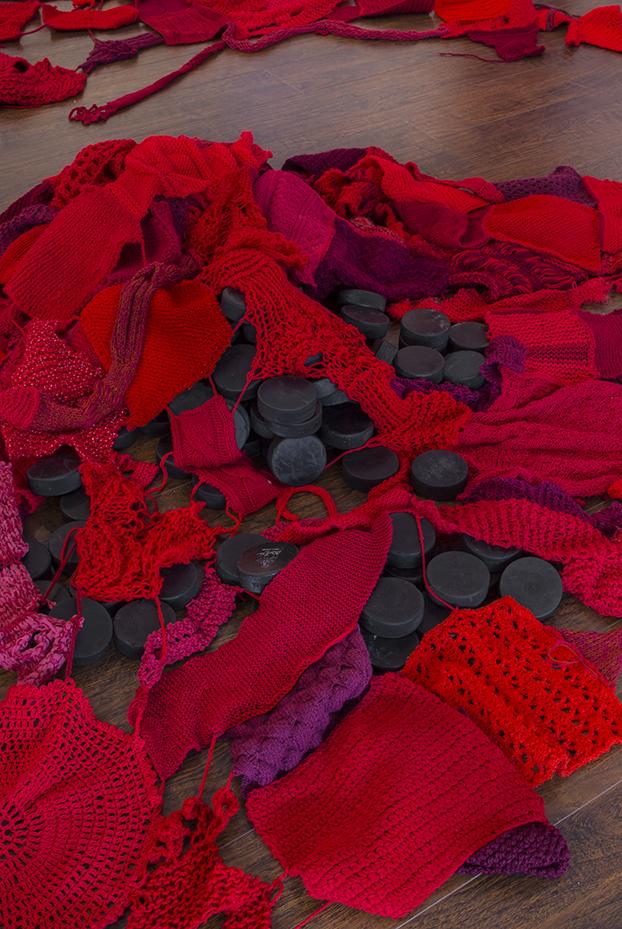 Nicole Panneton - Formes organiques hybrides (détail) - Installation faite à partir de tricots et rondelles de hockey - 2015 - Crédit photographique Michel Dubreuil