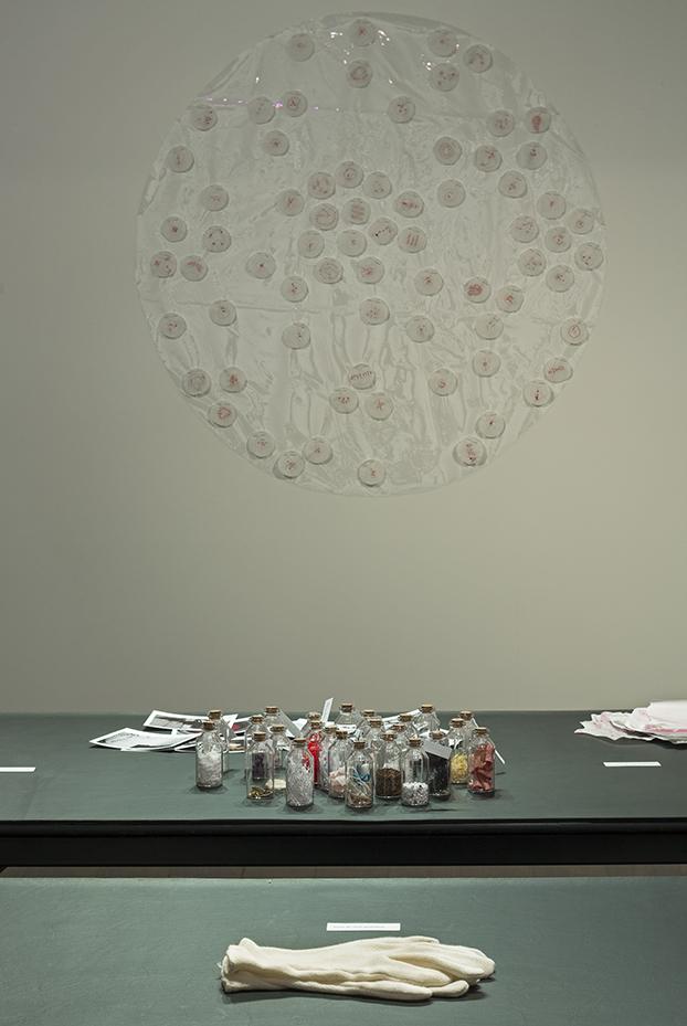 Nicole Panneton - Vue d'une installation - Projet Des mailles et des mots - 2015 - Crédit photographique Michel Dubreuil